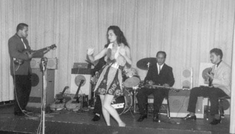 THE HOT JUMPERS met GEORGE DE FRETES vlnr: Oscar Rexhauser - Hawaiian danseres ? - George de Fretes - Dolf van Caspel (fotocollectie: Dolf van Caspel)