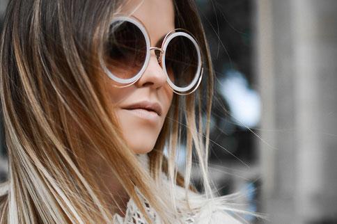 Ein ovales Gesicht mit runder Oversize-Brille – so setzt du auf jeden Fall ein Statement