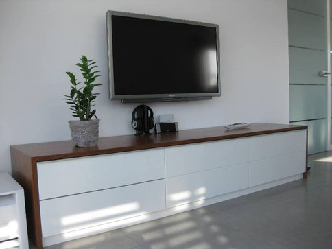 tv board mit holzwand holzig ideenschreinerei. Black Bedroom Furniture Sets. Home Design Ideas