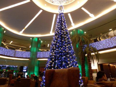 """Weihnachtsbaum im Kempinski - nichtmal da kriegen sie es hin, sich einen """"echten"""" anzuschaffen..."""