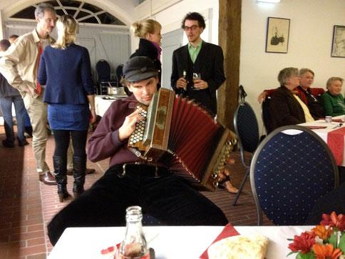 Philipp Hoffmann mit einer Novak Harmonika