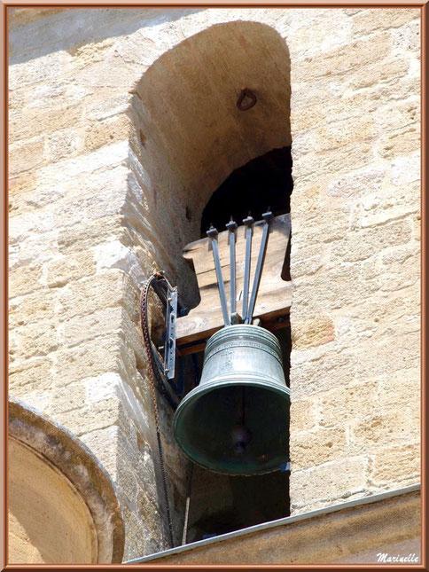 Eglise Notre Dame de Beaulieu, village de Cucuron, Lubéron (84) : une des cloches du clocher vu d'un des côtés