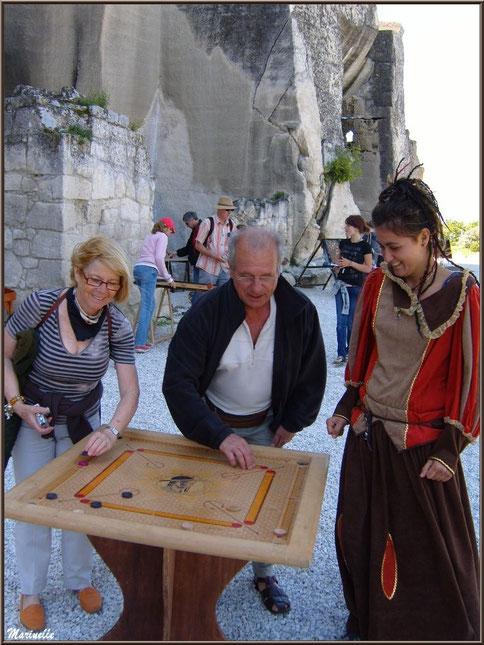 2ème basse-cour du Château :  jeu de société moyenâgeux (variante de la merelle), Château des Baux-de-Provence, Alpilles (13)