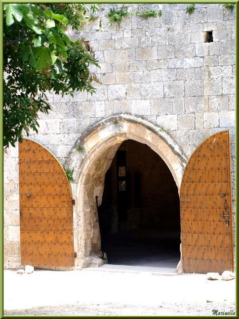 Une porte de côté à l'extrémité de la façade principale de l'abbaye de Silvacane, Vallée de la Basse Durance (13)