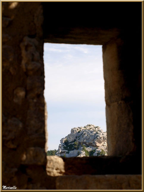 Vue sur les Alpilles au travers d'une lucarne dans les fortifications, Baux-de-Provence, Alpilles (13)