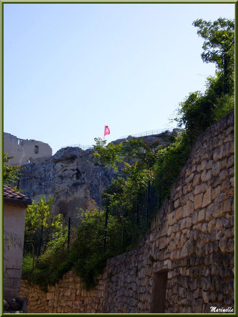 Au détour d'une ruelle avec le Château des Baux en hauteur, Baux-de-Provence, Alpilles (13)