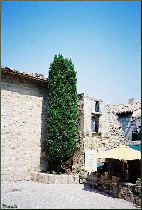 Ruelle avec vestige fenêtre à la cloche, Baux-de-Provence, Alpilles (13)