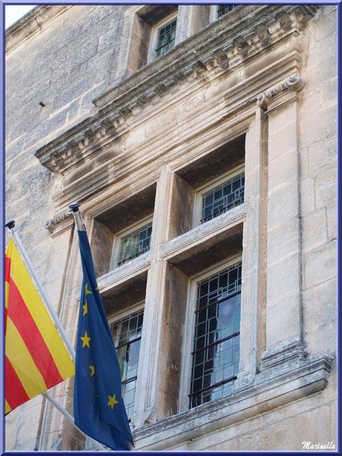Hôtel de Manville (Mairie) avec ses drapeaux et fenêtre à meneaux, Baux-de-Provence, Alpilles (13)