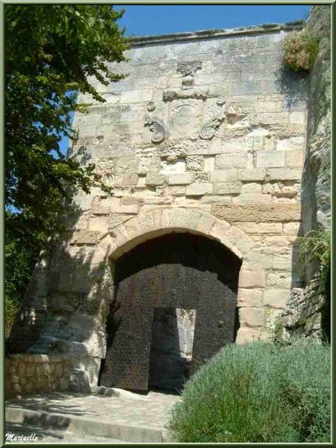 Porte d'Eyguières ou Porte de l'Eau, Baux-de-Provence, Alpilles (13) : côté extérieur avec les armoiries de la Maison Grimaldi