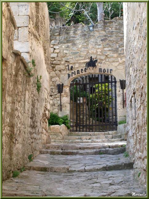 """Ruelle en calade et entrée de la maison d'hôte """"Le Prince Noir"""", Baux-de-Provence, Alpilles (13)"""