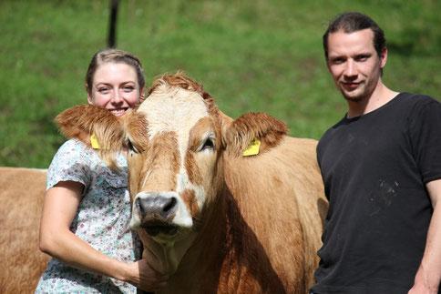 Viktoria und Manfred mit Kuh Flora
