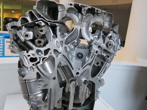 Motor de automóvil cortado por la mitad