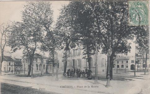 Recto d'une carte postale timbrée montrant la place de la mairie de Créteil