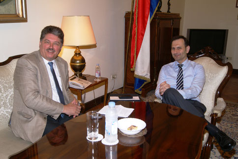 Winfried Gburek (li.) im Gespräch mit Außenminister Miro Kovač, im Außenministerium der Republik Kroatien, Zagreb, Juni 2016. Er war Kroatiens Botschafter in Berlin und ist nun einer der führenden Köpfe der Oppositionspartei HDZ.