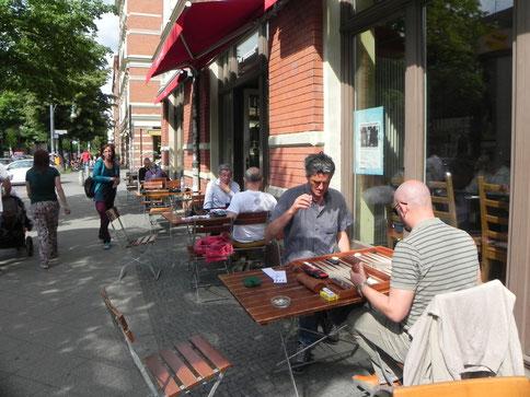 Backgammon unter Berlins strahlender Sonne