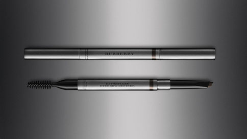 Burberry: Effortless Eyebrow Definer. über de.burberry.com / 31,00€.