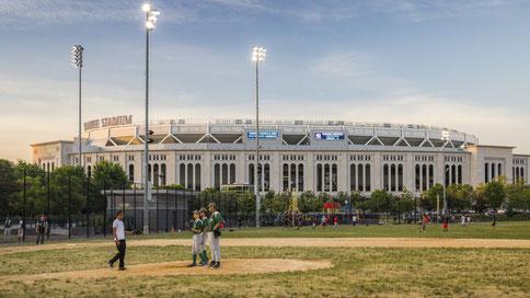 Nell'immagine l'Heritage Field dove sorgeva il vecchio Yankee Stadium - Sullo sfondo il nuovo Yankee Stadium