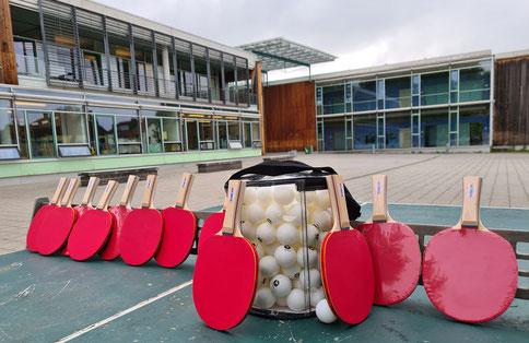 Tischtennisschläger und -bälle auf der neuen Platte an der Erich Kästner Realschule Steinheim