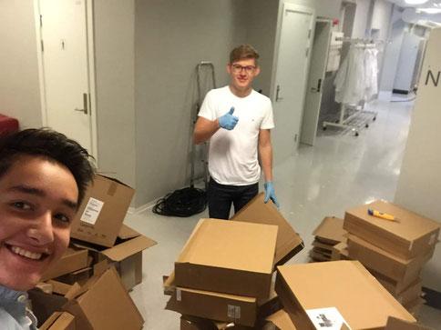 Stephan und Johannes bei der Arbeit im St.Paul Gymnasium