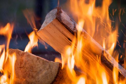 Gemütliches Feuer - Hug Brennholz - Ihr Brennholzservice im Mittelland.