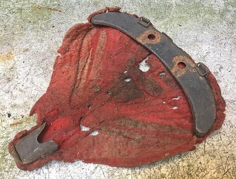 Schäden durch Motten an der Filzpolsterung eines historische  Fahrradsattels, sichtbare Fraßgänge und Löcher
