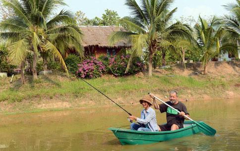 Nok und Richard «Richu» Schober fangen in ihrem Fischteich in Maha Sarakham im Nordosten Thailands Fische für das Abendessen.