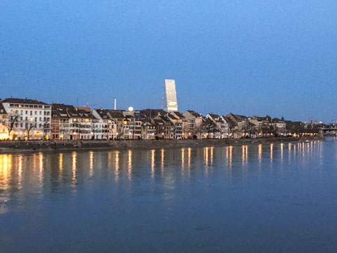 Aufgehender Vollmond über dem Rhein als Willkommensgruss in Basel