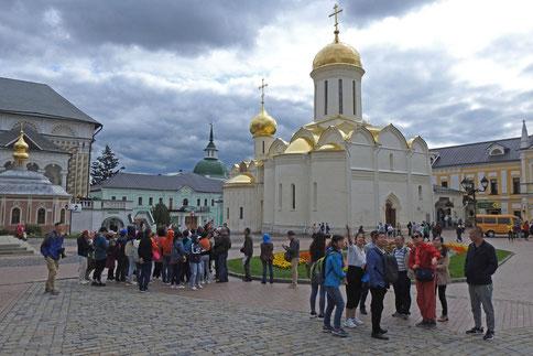 Touristen im Kloster Sergijew Possad bei Moskau