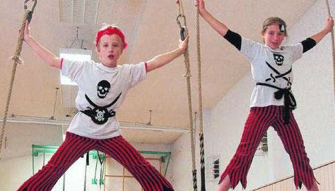 Akrobatik ist nur ein Teil des Zirkusprogamms, das die Schüler der Südstadtschule erarbeitet haben und nun an zwei Tagen ihrem Publikum zeigen wollen.  Bild: Spille