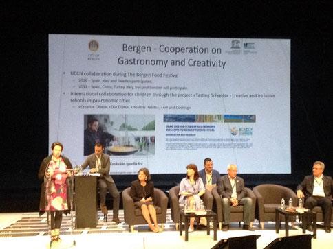 La imagen de Bati Bordes cocinando en el encuentro de Bergen (Noruega), en la diapositiva que resumía la aportación de Denia Creative City