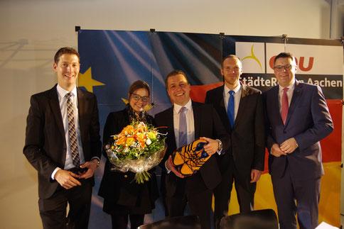 Der Bürgermeisterkandidat Andreas Dovern (m.) und seine neuen Laufschuhe zusammen mit seiner Frau Silvia (2v.l.), dem Parteivorsitzenden Jochen Emonds(l.), dem Staatssekretär Jan Heinisch (2v.r.) und dem Städteregionsrat Tim Grüttemeier (r.).