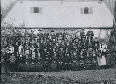 """Abb. 2: Die """"Alten"""" aus Alfeld bei einer Hochzeit in Matzenhof, um 1900"""