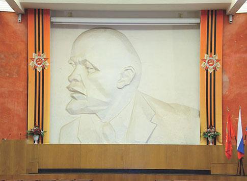 Красный зал. Барельеф В. И. Ленина, выполненный в 1932 год: Автор – скульптор Т. Кепинов