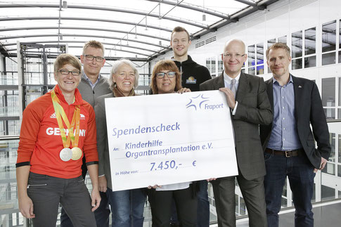 v.l.n.r.: Franziska Liebhardt (KiO), Frank Feldmann (KiO), Eva Vogler (KiO), Sabine Höpfner, Fraport), Niklas Kiel (Fraport Skyliners), Stefan Rüter (Fraport), Jonas Thiele (Fraport Skyliners).