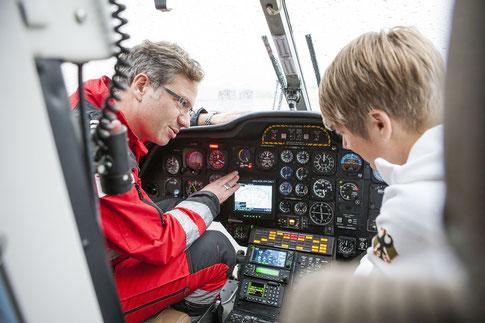 DRF Pilot Martin Beitzel erklärt mir das Cockpit, Bild: DRF Luftrettung