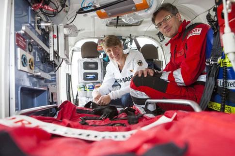mit Pilot Martin Beitzel im Bauch des Hubschraubers, Bild: DRF Luftrettung