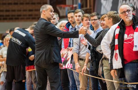 Glückwunsch an Dirk Bauermann zum Sieg seiner Mannschaft, Foto: main-ding.de