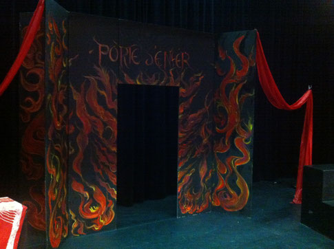 Le décor de l'enfer du 3ème acte, signé Roselyne Du Fou