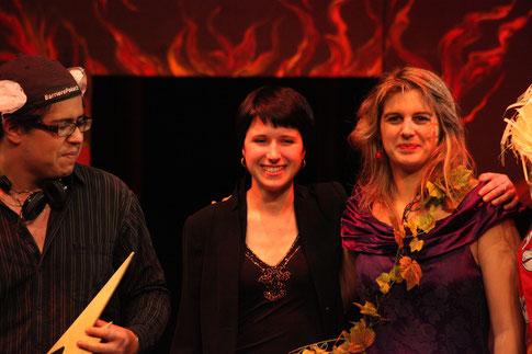 La chef d'orchestre Pauline Resseguier entourée d'Eurydice et Mercure (photo L.Dunet)