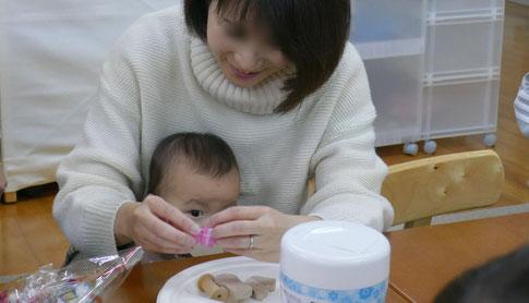 幼児教室の0歳児コースのモンテッソーリの活動で、お母さまの動きを目で集中して確認しています。