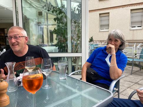 """Stephane Tonizzo """"haut"""" mal wieder """"einen raus""""! Annette Kohl lacht sich ins Fäustchen. Es war eine lustige Runde!"""