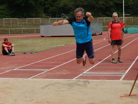 Dr. Klaus Lutter (M 60) ist in allen Dissziplinen sehr stark (hier beim Standweitsprung, eine wertvolle Zuibringerübung für die Wurfdisziplinen)!