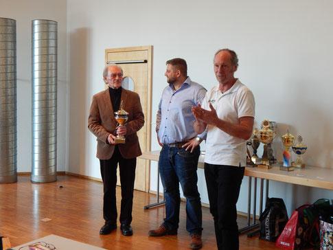 Zu den Verdiensten von Dr, Johannes Ellenberger präsentierte Reinhard Rhaue eine umfangreiche Laudatio.