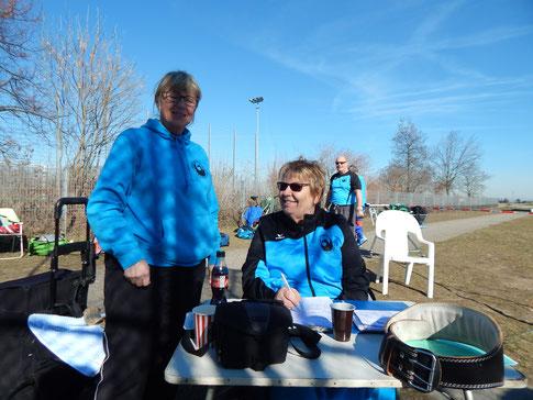 """Gertrud Böhm und Inge Litzel sind """"gut drauf""""! Im Hintergrund """"lauert"""" Bernhard Tretter auf seinen ersten Einsatz des Jahres!"""