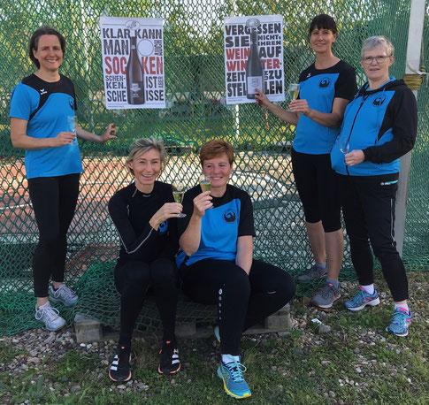 Die fünf erfolgreichen Sportlerinnen stoßen auf ihre Erfolg sowie den DR an!