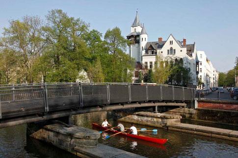Für die Durchfahrt der Boote erhielt die Brücke einen Stichbogen