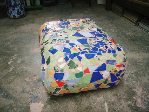 Sitzstein aus NonaD + Mosaik ca. 80 x 65 x 40 cm