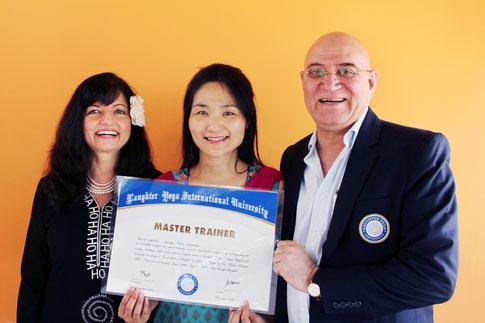 笑いヨガ創始者Dr.カタリアとマデュリーカタリアと。マスタートレーナー認定式