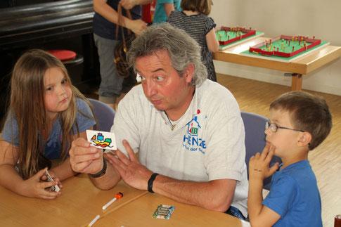 Thomas Henze (Mitte) erklärte im MGH ein interessantes Spiel (Foto: Dirk Altmann).