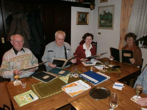 """Albert Rapp, Herbert Wiegand, Petra Peer-Baumann und Hedi Lucas freuten sich über die """"Borg-Schenkung"""" (Foto: D. Altmann)."""